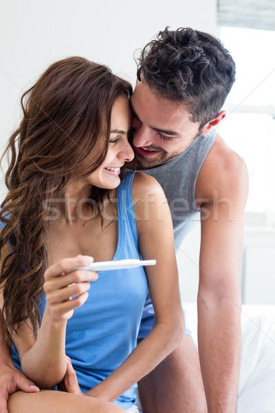 Mutlu romantik çift gebelik testi yatak kadın Stok fotoğraf © wavebreak_media
