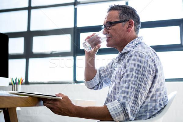 Człowiek szkła wody cyfrowe tabletka Zdjęcia stock © wavebreak_media