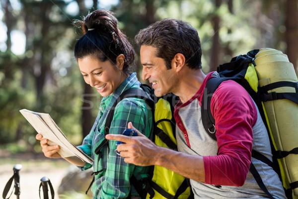 пару турист изучения карта компас древесины Сток-фото © wavebreak_media