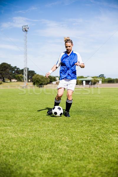 Vrouwelijke voetballer oefenen voetbal stadion vrouw Stockfoto © wavebreak_media