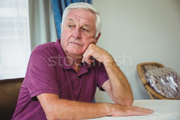 Senior homem sessão tabela casa de repouso casa Foto stock © wavebreak_media