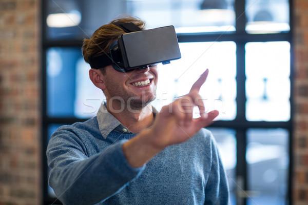 Zakenman virtueel realiteit hoofdtelefoon kantoor jonge Stockfoto © wavebreak_media
