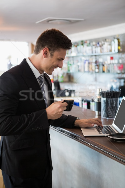 бизнесмен Кубок кофе используя ноутбук ресторан Сток-фото © wavebreak_media