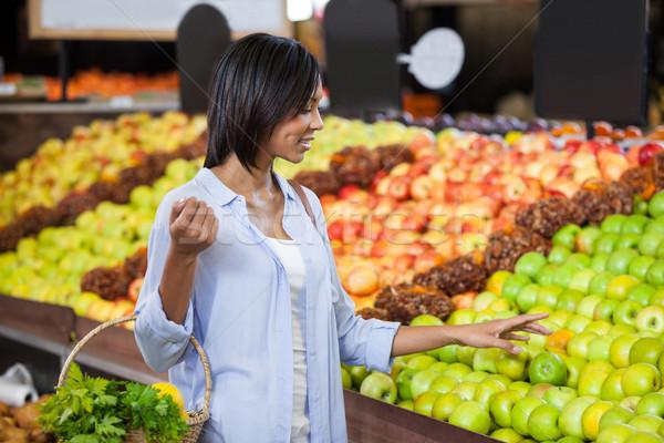 Stok fotoğraf: Gülümseyen · kadın · satın · alma · meyve · organik · bölüm · süpermarket