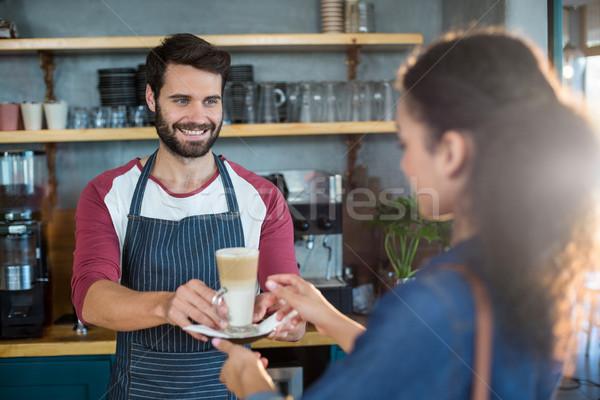 Kelner kubek zimno kawy klienta Zdjęcia stock © wavebreak_media