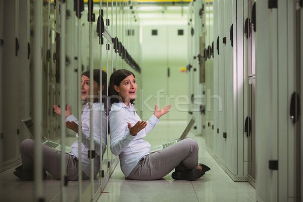 Conmocionado técnico piso portátil servidor habitación Foto stock © wavebreak_media