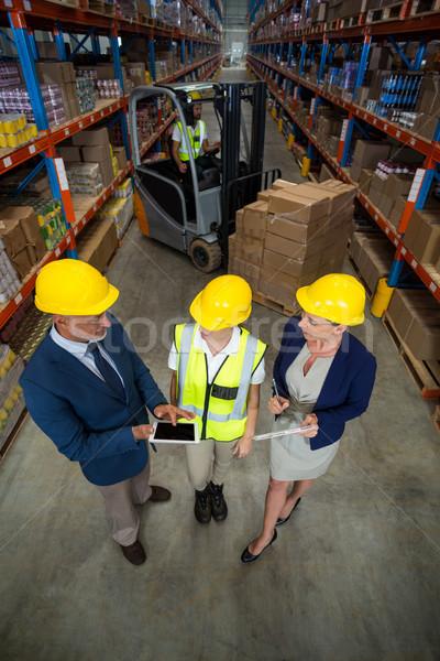 Armazém gerente digital comprimido cliente feminino Foto stock © wavebreak_media