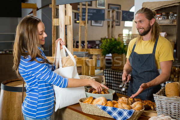 Glimlachend vrouwelijke klant personeel counter bakkerij Stockfoto © wavebreak_media