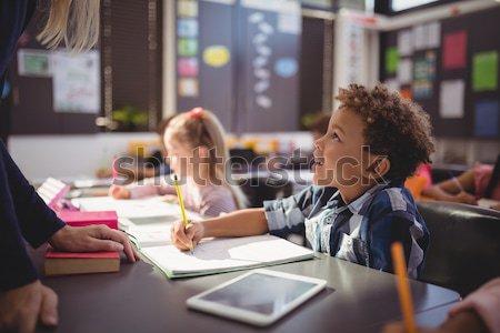 Tanár iskolás fiú osztályterem iskola nő lány Stock fotó © wavebreak_media