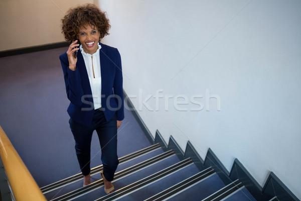 Empresária falante telefone móvel caminhada em cima negócio Foto stock © wavebreak_media
