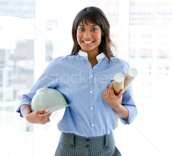 Mosolyog női építész tart munkavédelmi sisak tervrajzok Stock fotó © wavebreak_media