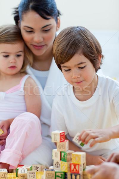Madre bambini giocare blocchi camera da letto ragazza Foto d'archivio © wavebreak_media