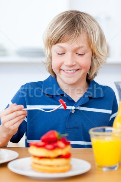Aanbiddelijk jongen eten aardbeien keuken home Stockfoto © wavebreak_media