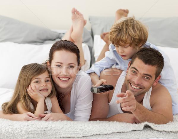 Rodziny relaks bed zdalnego oglądanie telewizji kobieta Zdjęcia stock © wavebreak_media