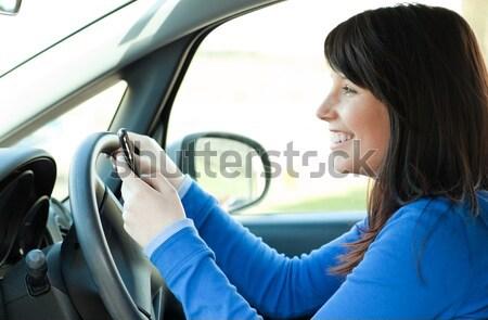 ブルネット 若い女性 送信 メッセージ 携帯電話 座って ストックフォト © wavebreak_media