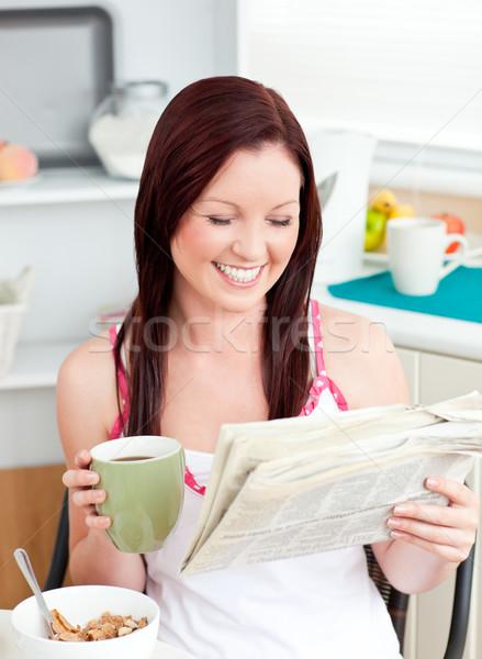 Heldere vrouw eten granen lezing krant Stockfoto © wavebreak_media