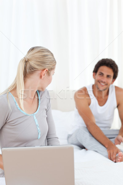 Vrouw praten vriendje bed home computer Stockfoto © wavebreak_media