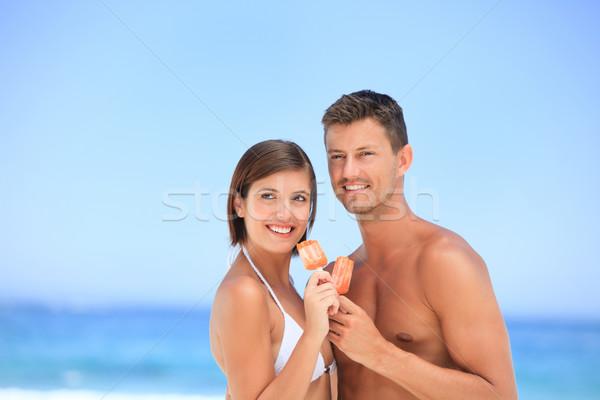 Szerelmespár eszik fagylalt tengerpart égbolt férfi Stock fotó © wavebreak_media