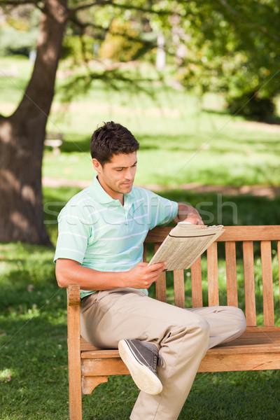 Uomo lettura giornale parco caffè estate Foto d'archivio © wavebreak_media