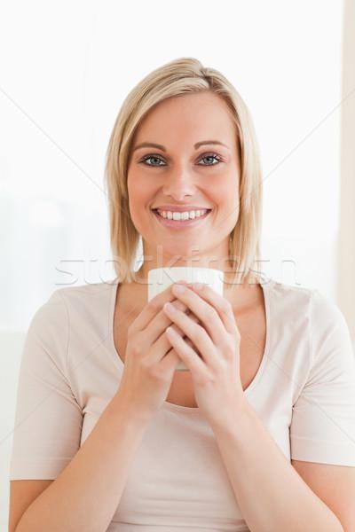 портрет улыбающаяся женщина Кубок кофе глядя Сток-фото © wavebreak_media