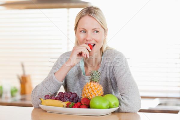Mujer sesión cocina frutas alimentos manzana Foto stock © wavebreak_media