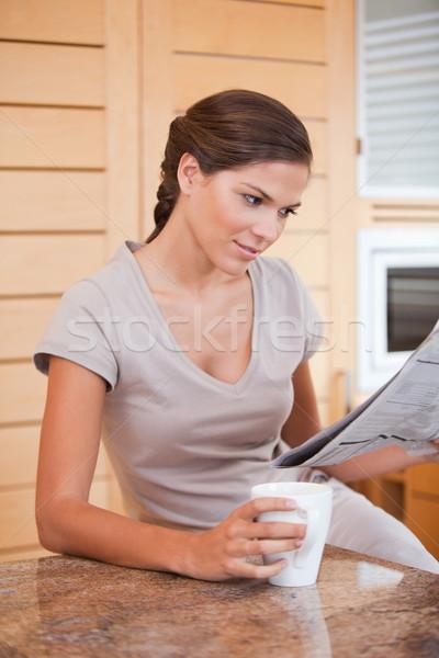 Stok fotoğraf: Genç · kadın · okuma · gazete · fincan · kahve