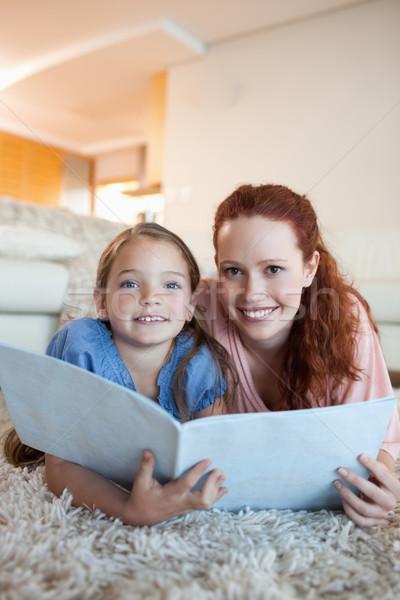 Madre figlia insieme magazine piano home Foto d'archivio © wavebreak_media