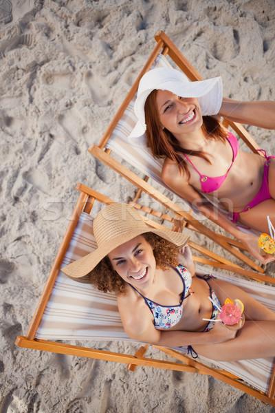 若い女性 座って デッキ チェア ビーチ 笑い ストックフォト © wavebreak_media