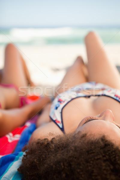 вид сзади молодые красивая женщина пляжное полотенце морем друзей Сток-фото © wavebreak_media