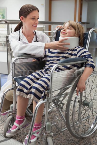 Stok fotoğraf: Kadın · doktor · boyun · tekerlekli · sandalye · hastane · koridor