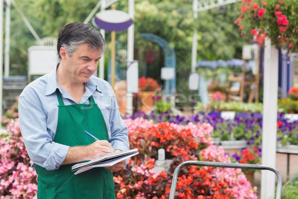 Fiorista prendere appunti giardino centro carta lavoratore Foto d'archivio © wavebreak_media