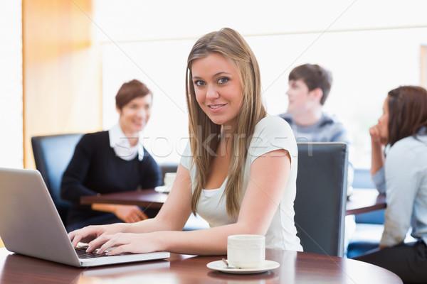 женщину сидят колледжей кофе магазин таблице Сток-фото © wavebreak_media