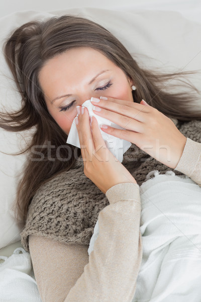 Mujer sofá sonarse la nariz salón fondo femenino Foto stock © wavebreak_media