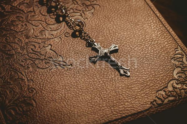 Rózsafüzér gyöngyök Biblia árnyék fény Jézus Stock fotó © wavebreak_media