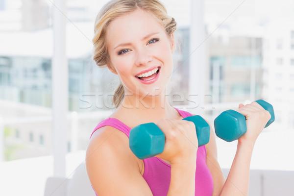 Boldog szőke nő emel súlyzók mosolyog kamera Stock fotó © wavebreak_media