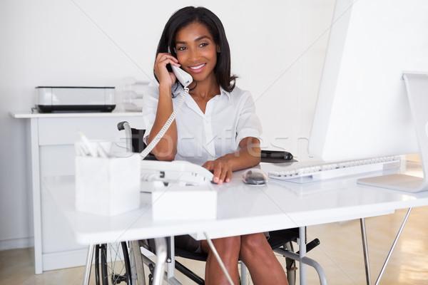 Glimlachend zakenvrouw rolstoel werken bureau kantoor Stockfoto © wavebreak_media
