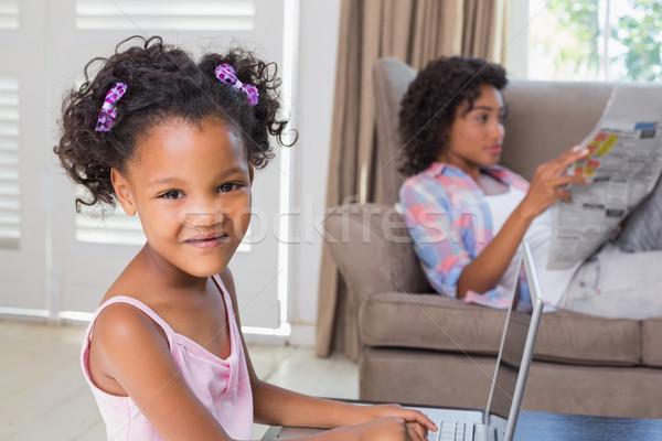 Сток-фото: Cute · дочь · используя · ноутбук · столе · матери · диване