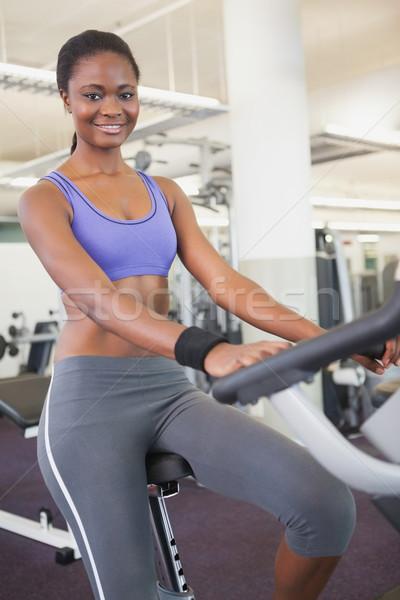 Fitt nő edz testmozgás bicikli tornaterem Stock fotó © wavebreak_media