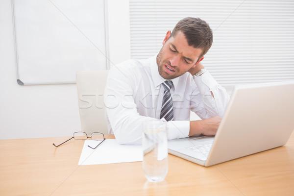 Verward zakenman naar laptop papieren kantoor Stockfoto © wavebreak_media