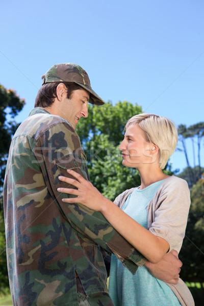 Bonito soldado parceiro mulher árvore Foto stock © wavebreak_media