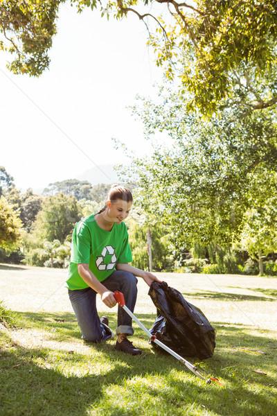 Milieu activist omhoog prullenbak Stockfoto © wavebreak_media