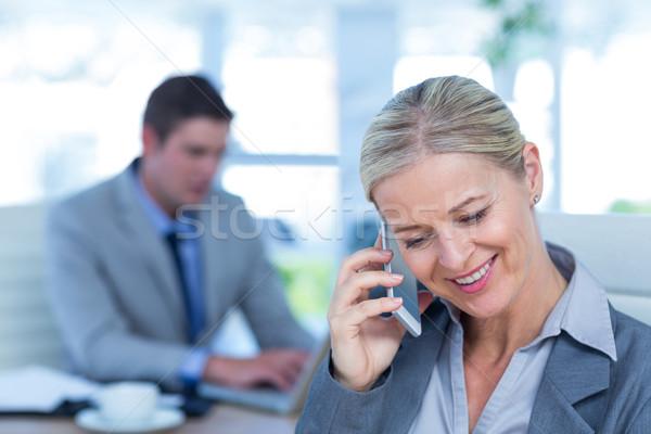 üzletasszony telefonbeszélgetés kolléga iroda férfi boldog Stock fotó © wavebreak_media