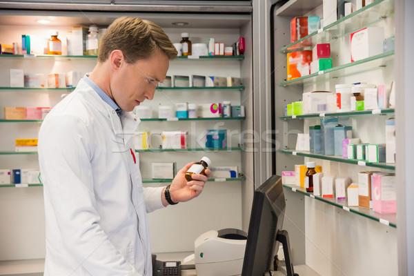Jóképű gyógyszerész számítógéphasználat kórház gyógyszertár orvosi Stock fotó © wavebreak_media