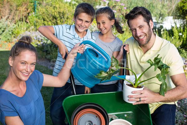Gelukkig jonge familie tuinieren samen tuin Stockfoto © wavebreak_media