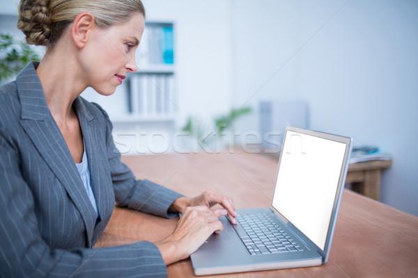 внимательный деловая женщина рабочих ноутбука вид сбоку компьютер Сток-фото © wavebreak_media