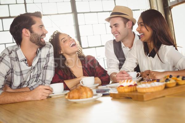 Nevet barátok élvezi kávé csemegék kávéház Stock fotó © wavebreak_media