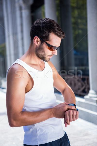 Knap atleet zonnebril hartslag horloge stad Stockfoto © wavebreak_media