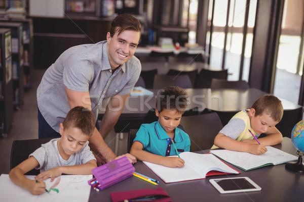 Enseignants aider devoirs bibliothèque école Photo stock © wavebreak_media