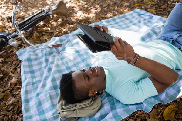 Man digitale picknickdeken park kunst fiets Stockfoto © wavebreak_media