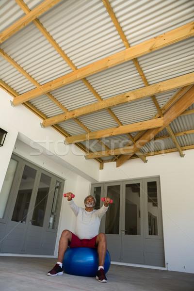 Kıdemli adam egzersiz dambıl egzersiz top Stok fotoğraf © wavebreak_media